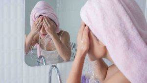 Asian woman facial wash untuk kulit kering